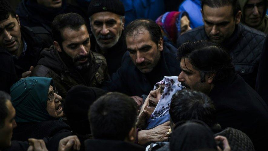 Des proches d'une victime de l'attentat d'Istanbul lors d'une cérémonie funèbre à Istanbul, le 2 janvier 2017