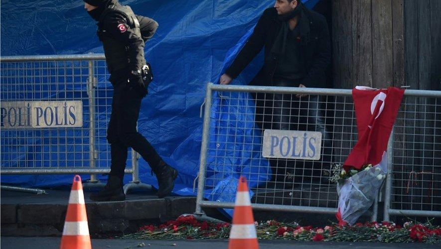 Hommage aux victimes de l'attentat d'Istanbul devant la boîte de nuit Reina, le 2 janvier 2017