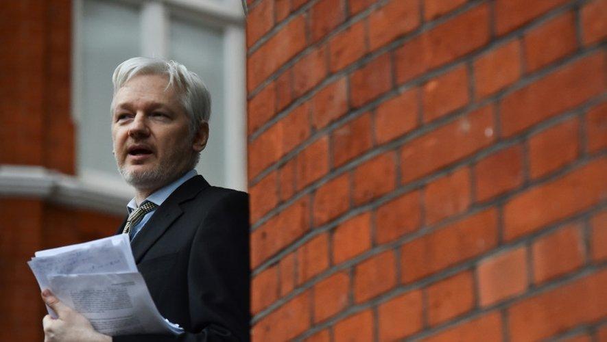 Le fondateur de WikiLeaks Julian Assange lors d'une conférence de presse au balcon de l'ambassade équatorienne à Londres le 5 février 2016