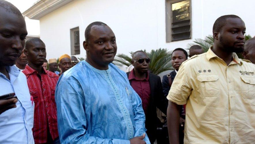 Le président-élu de Gambie Adama Barrow (c), le 13 décembre 2016 à Banjul