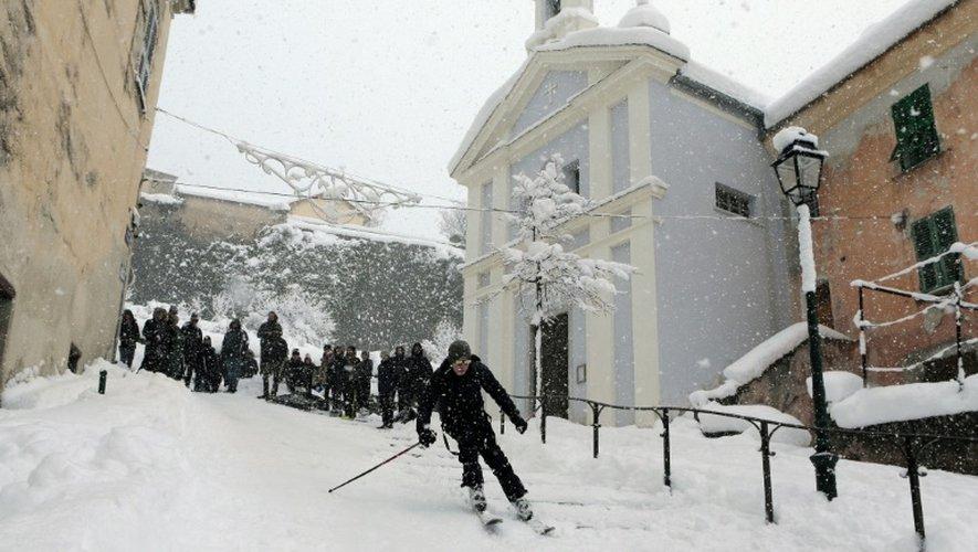 Un homme skie dans la ville de Corte en Corse, le 17 janvier 2017