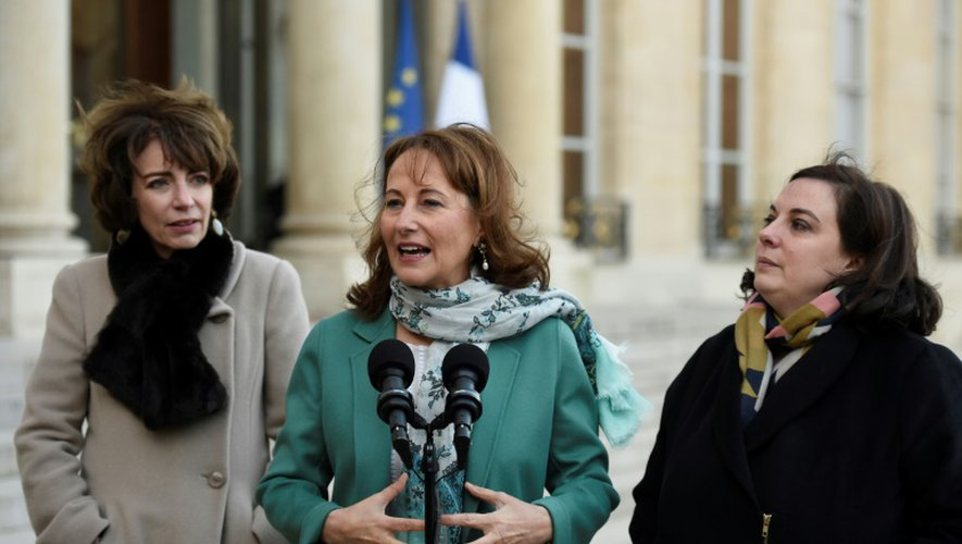 """Ségolène Royal entre Marisol Touraine et Emmanuelle Cosse à l'issue d'une réunion sur le plan """"grand froid"""" le 18 janvier 2017 à l'Elysée à Paris"""