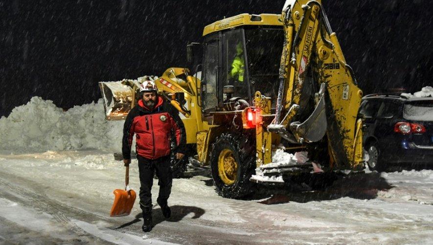 Un engin de déblaiement nettoye la neige dans une rue de la commune Montereale, en Italie, alors que la région a été touchée par un séisme, le 18 janvier 2017.