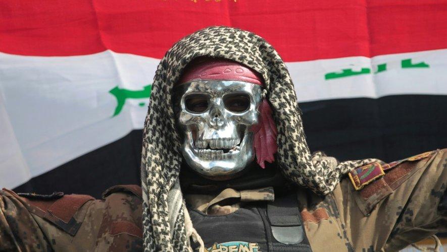 Un membre des unités d'élite irakiennes du contre-terrorisme célèbre leur succès, le 18 janvier 2017, à Bartalla à la périphérie est de Mossoul