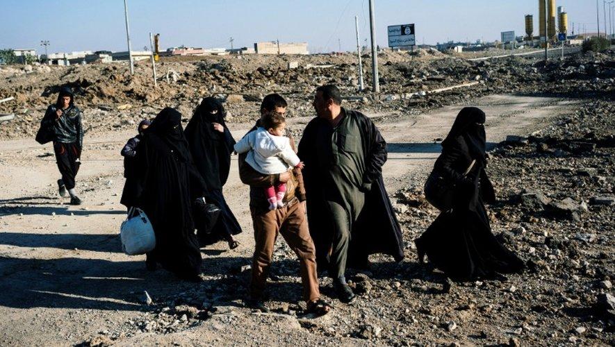 Des Irakiens dans la partie est de Mossoul reprise à l'EI, le 17 janvier 2016