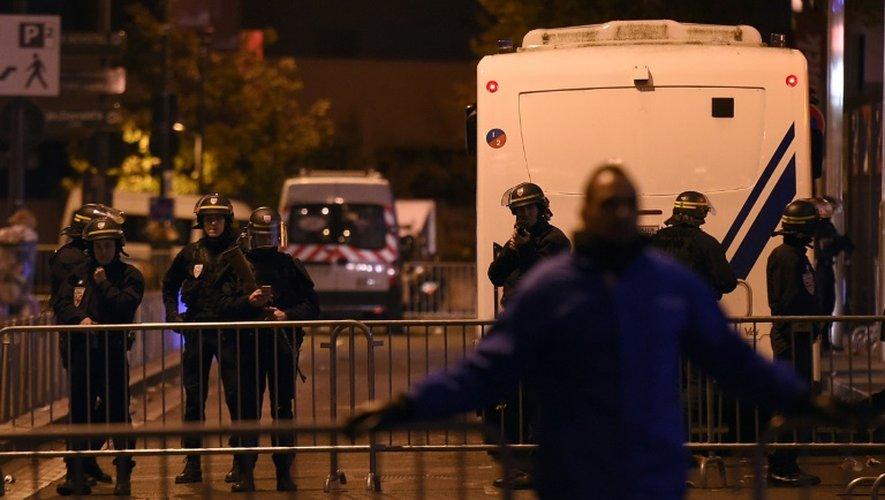 Des CRS montent la garde à l'extérieur du Stade de France à  Saint-Denis, au nord de Paris, le 13 novembre 2015 après une série d'explosions aux abords du stade et dans Paris.