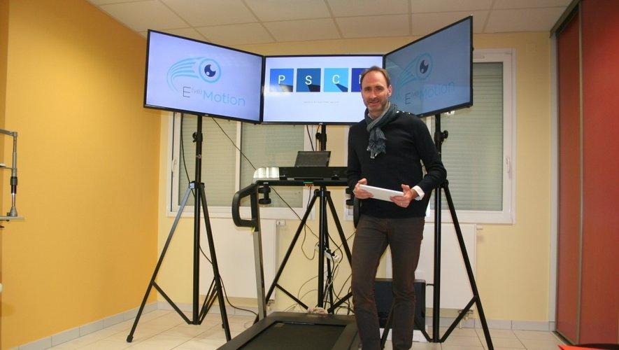 Nicolas Marchais devant son nouveau module de travail pour l'amélioration de la performance visuelle.