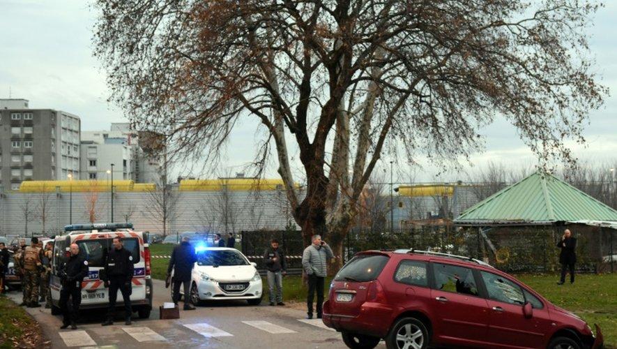 Des policiers et des soldats devant le véhicule d'un homme qui a tenté d'attaquer des militaires, devant la mosquée de Valence, le 1er janvier 2016