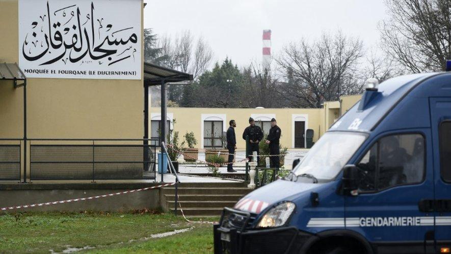 Des gendarmes montent la garde devant la mosquée de Valence le 2 janvier 2016