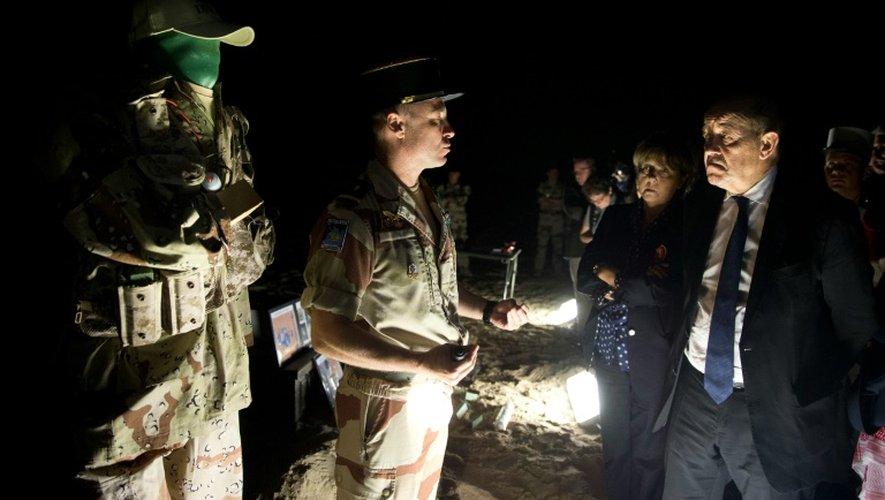 Le ministre de la Défense Jean-Yves Le Drian s'adresse à des soldats de la 13e DBLE lors de sa visite aux Emirats arabes unis, le 2 janvier 2016