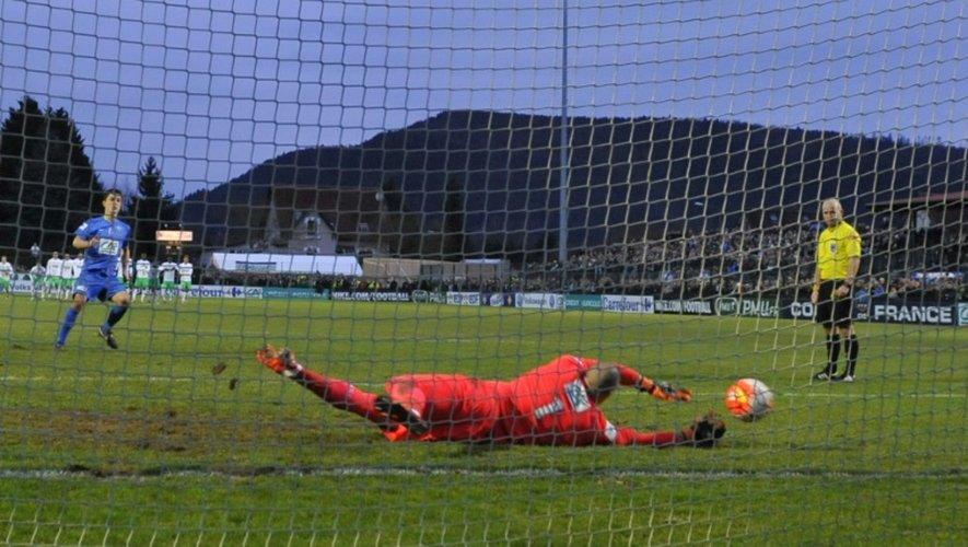 Le gardien de Saint-Etienne Stéphane Ruffier décisif dans la séance de tirs au but face à Raon-l'Etape en 32e de finale de la Coupe de France