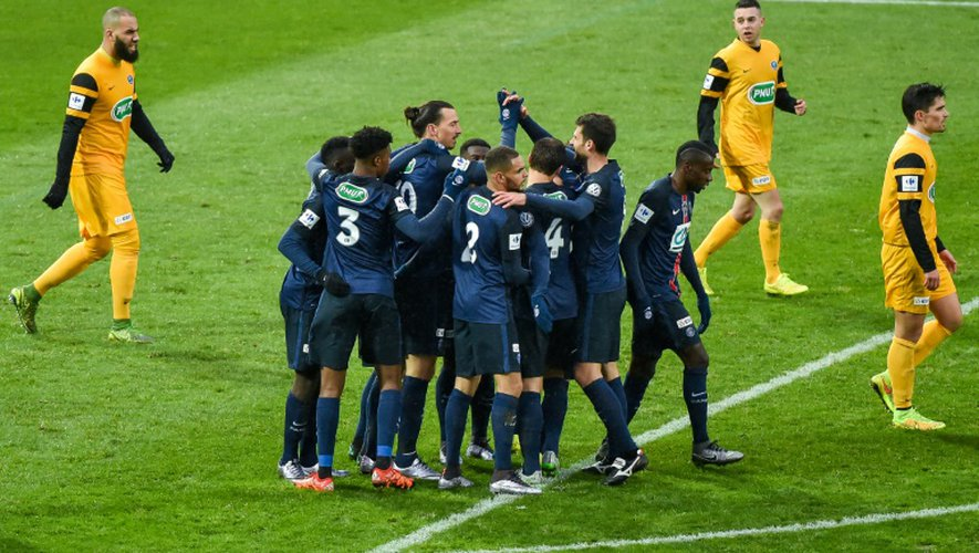 Les joueurs du PSG célèbrent le but inscrit par Zlatan Ibrahimovic contre Wasquehal à Villeneuve-d'Ascq, le 3 janvier 2016