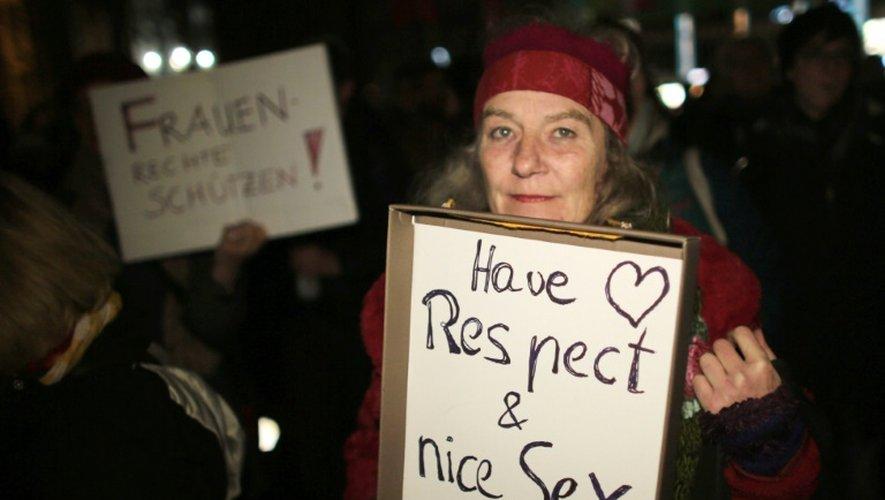"""Une femme tient une pancarte """"Ayez du respect et du bon sexe"""" pendant une manifestation à Cologne le 5 janvier 2016"""