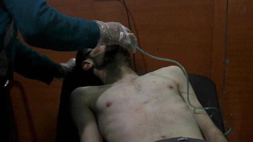 Un homme pris en charge dans un hôpital de fortune après une attaque aux armes chimique par les troupes de Bachar al-Assad, à Derayya, dans le sud-ouest de Damas le 13 janvier 2014
