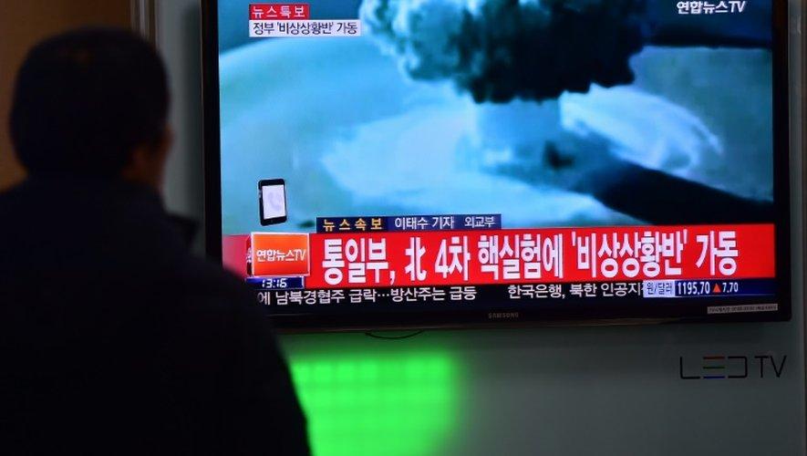 Image retransmise sur un écran de télévision du test de bombe nord-coréen dans une gare ferroviaire de Séoul, le 6 janvier 2016
