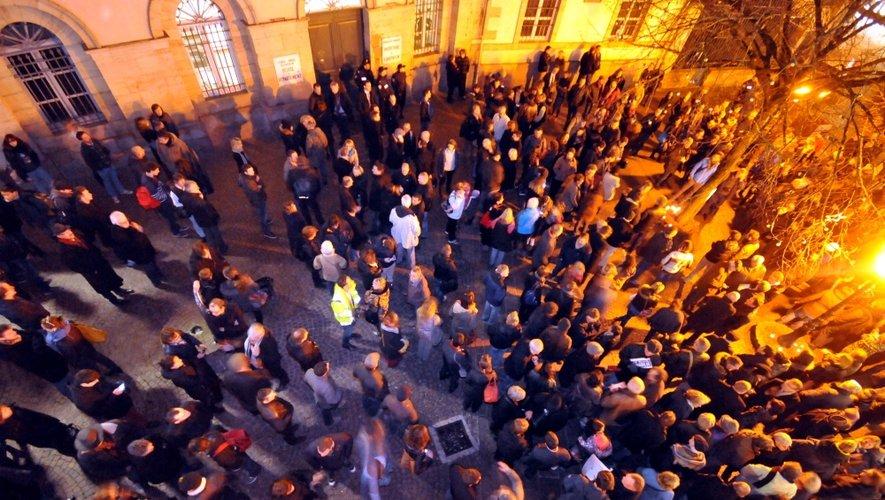 Les Ruthénois réunis devant la préfecture de l'Aveyron.