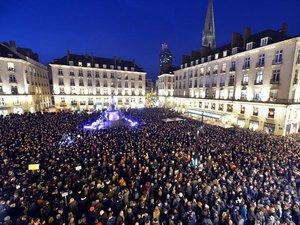 Attentat contre Charlie Hebdo: des dizaines de milliers de manifestants dans les villes de France
