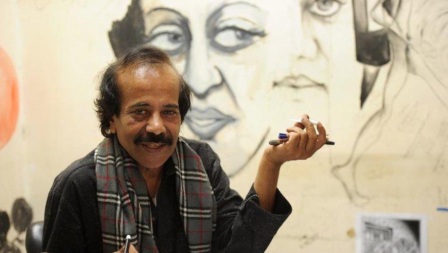 """Le dessinateur Rafique Ahmad, alias """"Feica"""", une des icônes du 9e art pakistanais, dans son bureau à Karachi, le 9 janvier 2015"""