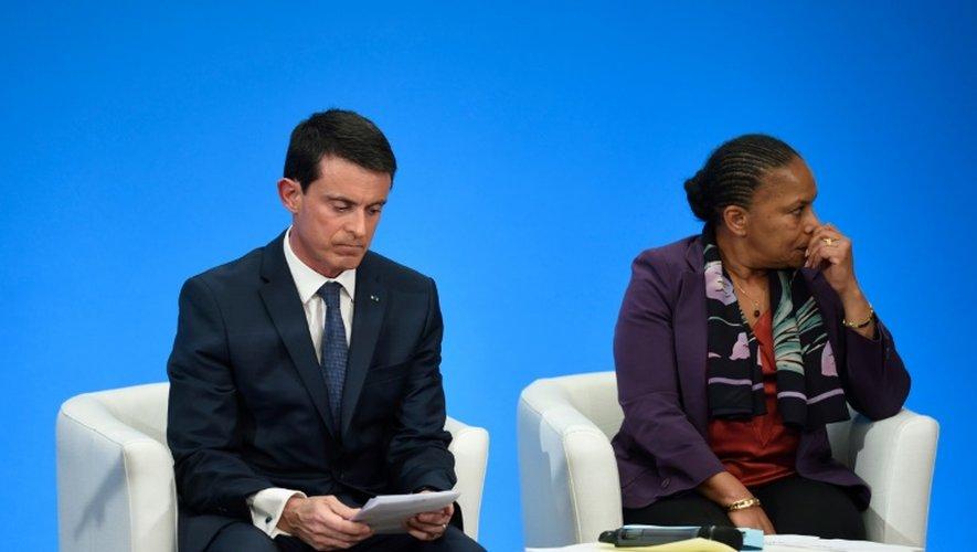 Manuel Valls et Christiane Taubira lors d'une conférence de presse à l'Elysée le 23 décembre 2015 à Paris