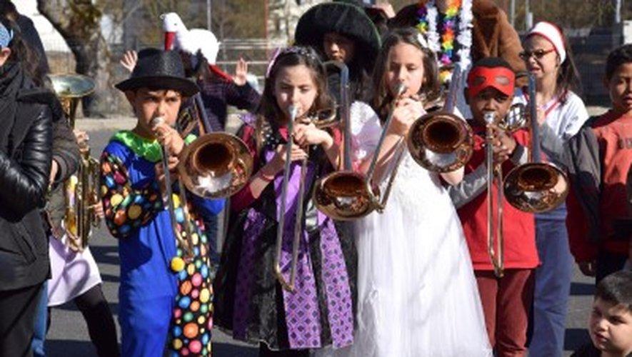 Carnaval Les enfants de l'école Ramadier défilent en musique