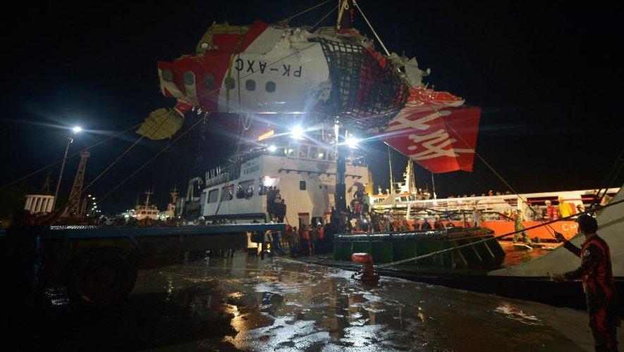 AirAsia: les plongeurs indonésiens remontent une des deux boîtes noires