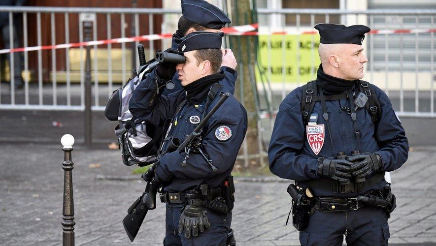Des CRS aux aguets dans les rues de Paris. Les forces de l'ordre déploient une surveillance constante, de façon visible ou très discrète pour anticiper des actes de plus en plus difficiles à maîtriser en amont. Car le terrorisme n'a pas forcément de visage et peut frapper « n'importe quand, n'importe où, n'importe qui ».