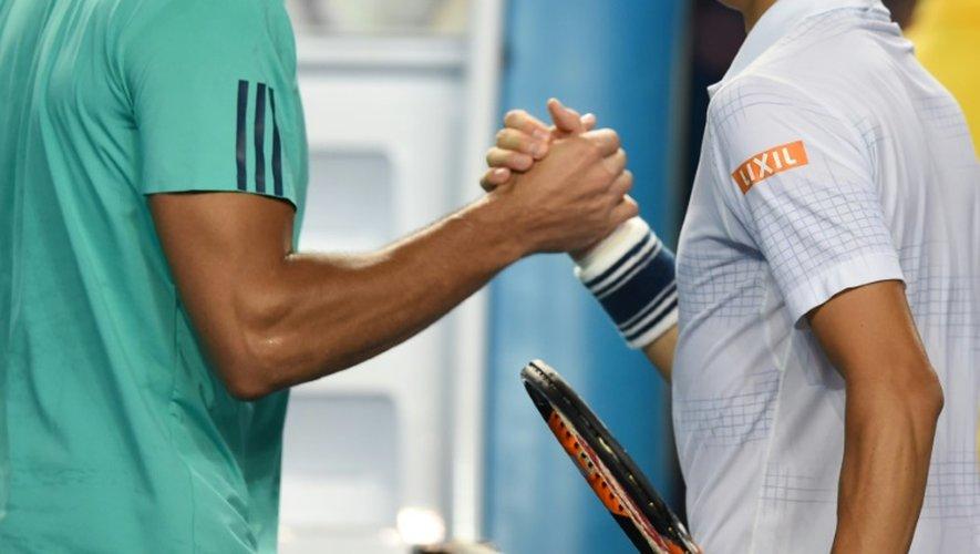 Jo-Wilfried Tsonga, battu par Kei Nishikori en 8e de finale de l'Open d'Australie, serre la main de son adversaire, le 24 janvier 2016 à Melbourne
