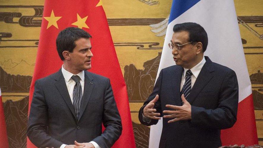 """A Pékin, Valls vante une France """"pro-entreprises"""""""