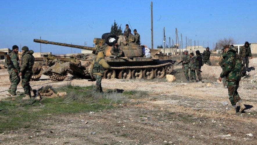 Des soldats des forces syriennes pro-gouvernementales à Ain al-Hanash, dans la région d'Alep, le 26 janvier 2016