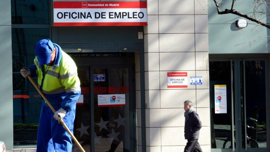 Un employé municipal travaille devant un bureau pour l'emploi le 23 janvier 2014 à Madrid