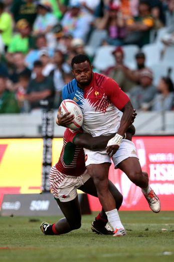 Le Fidjien de l'équipe de France de rugby à VII, Virimi Vakatawa,  résiste à un plaquage lors d'un tournoi au Cap, le 13 décembre 2015