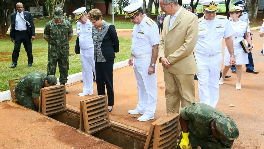 La présidente Dilma Rousseff observe des Marines nettoyant des canalisations pour lutter contre le moustique Aedes Aegypti, vecteur du virus Zika, le 29 janvier 2016 à Brasilia