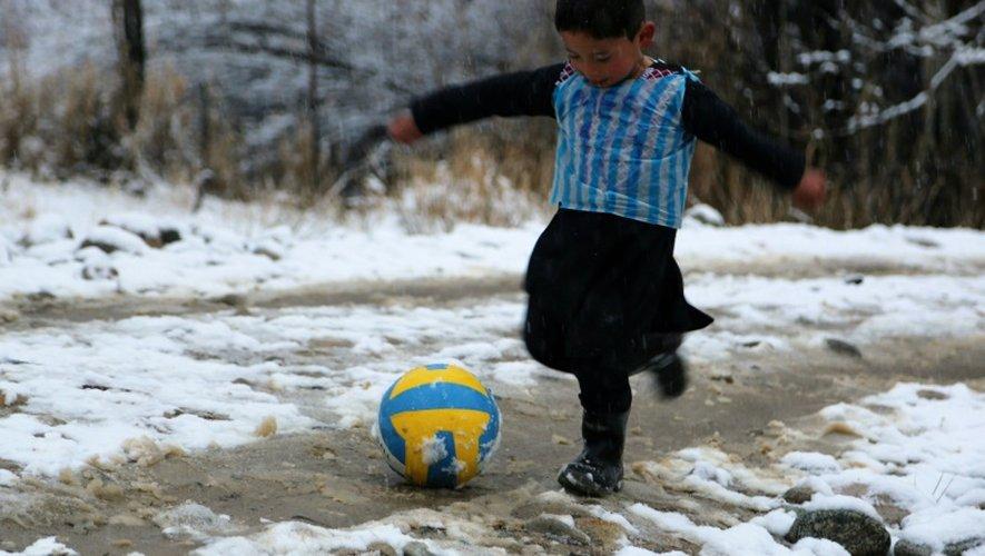 Murtaza Ahmadi, un Afghan de 5 ans portant un maillot découpé dans un sac plastique avec le nom et le numéro de son idole Lionel Messi, le 29 janvier 2016