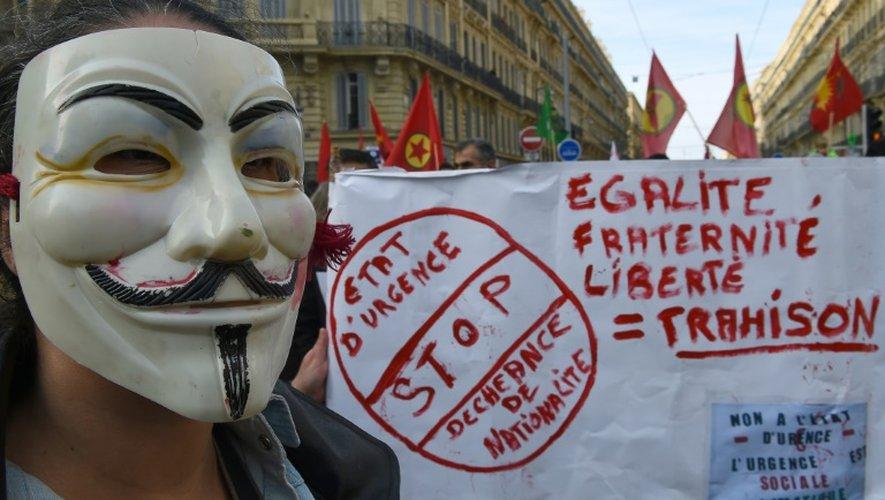 Un manifestant portant un masque de Guy Fawkes, emblème de la défense des libertés, dans une manifestation contre l'état d'urgence à Marseille le 30 janvier 2016