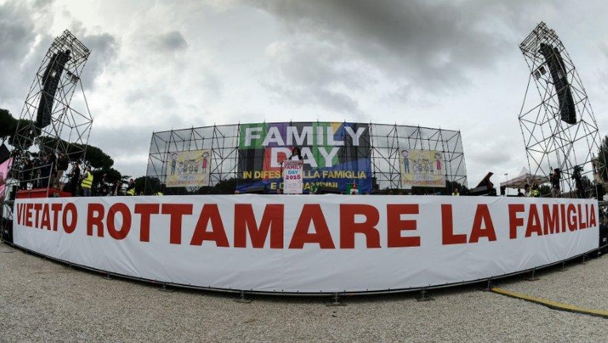 """Banderole disant """"Il est interdit de détruire la famille"""" lors de la """"Journée de la famille"""" à Rome le 30 janvier 2016"""