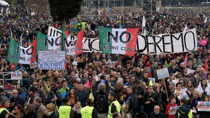 """Des milliers de manifestants brandissent des banderoles où l'on peut lire """"non aux unions civiles"""", lors d'une journée de protestation nationale, à Rome le 30 janvier 2016"""