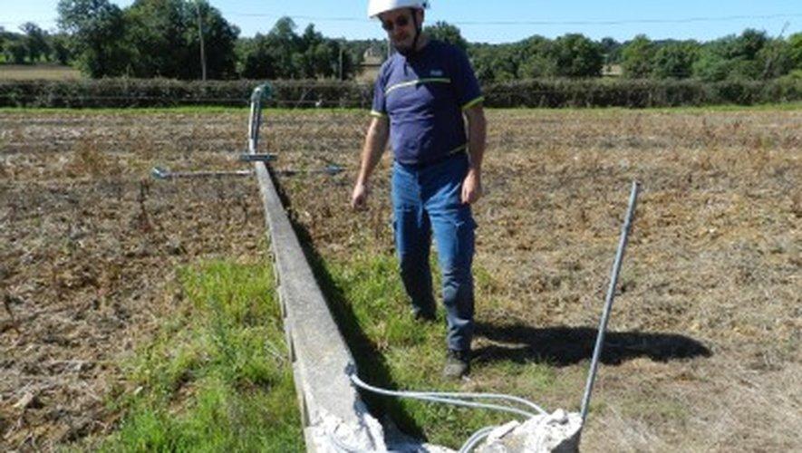 Roussennac : avec son tracteur, un agriculteur fait tomber un poteau électrique