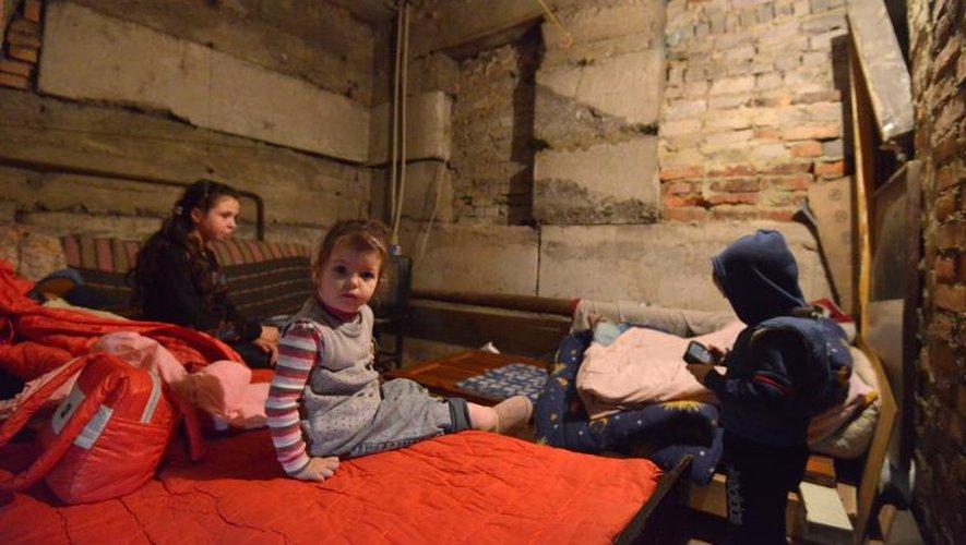 Des enfants attendent la fin des bombardements dans un abri du quartier de Kievski, le 5 février 2015 à Donetsk, dans l'Est de l'Ukraine