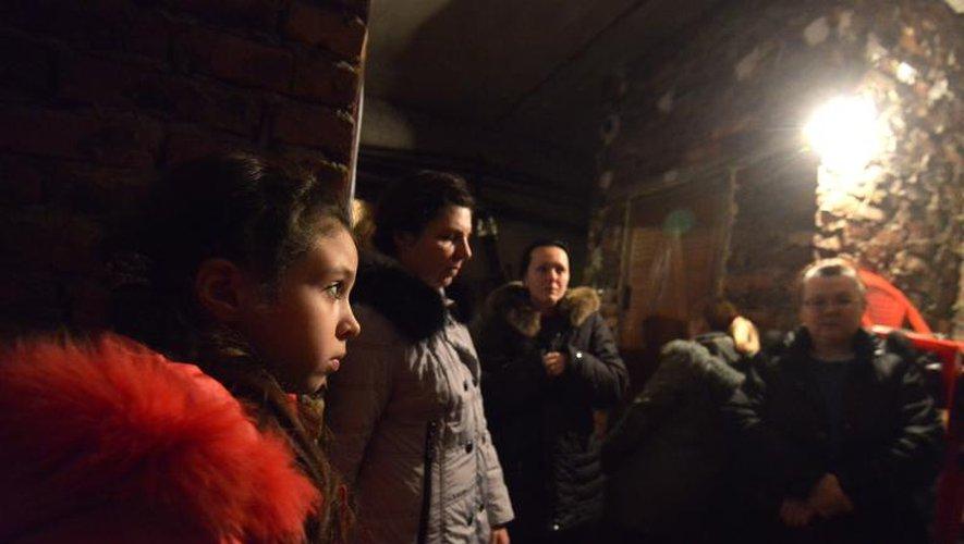 Ania, 11 ans, attend la fin des bombardements dans un abri du quartier de Petrovski, le 5 février 2015 à Donetsk, dans l'Est de l'Ukraine