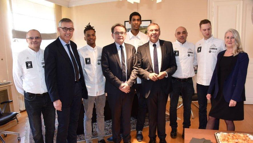 Les champions d'Europe avec le maire de Rodez et le président du Conseil départemental.