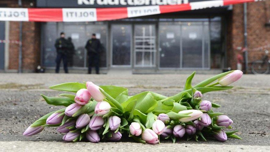 Des fleurs déposées  devant le centre culturel Krudttonden le 16 février 2015 à Copenhague
