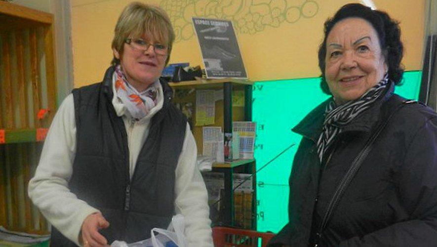 Isabelle Lanos avec une de ses dernières clientes, samedi soir.