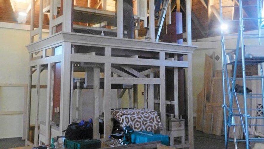 La structure en mélèze est déjà installée dans l'église.