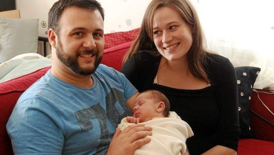 Guillaume, le papa, a accouché sa compagne d'un joli bébé de 4,3 kg et 51 cm.