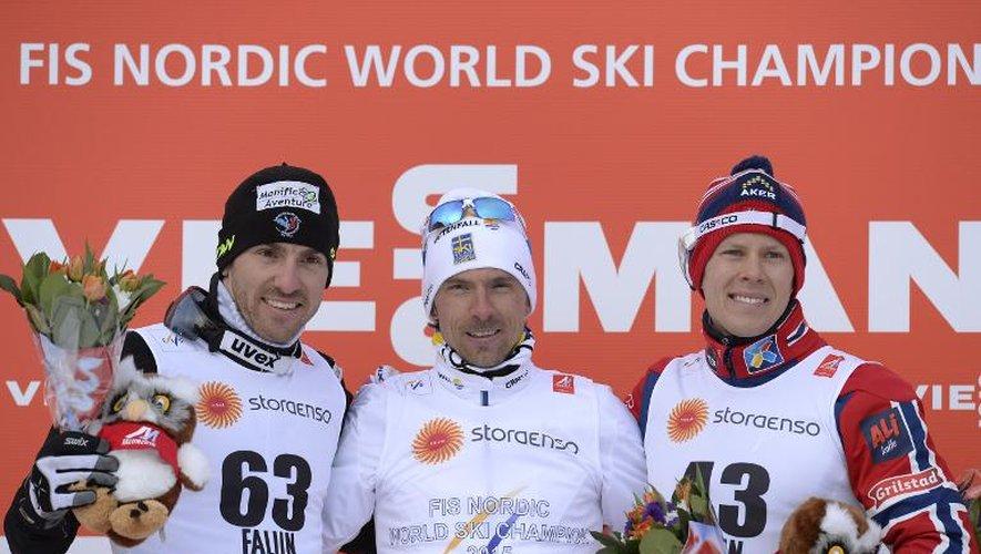 Le podium du 15 km libre des mondiaux de ski nordique de Falun en Suède avec le Français Maurice Manificat (g), 2e, à côté du champion Johan Olsson (c) et Anders Gloeersen, le 25 février 2015