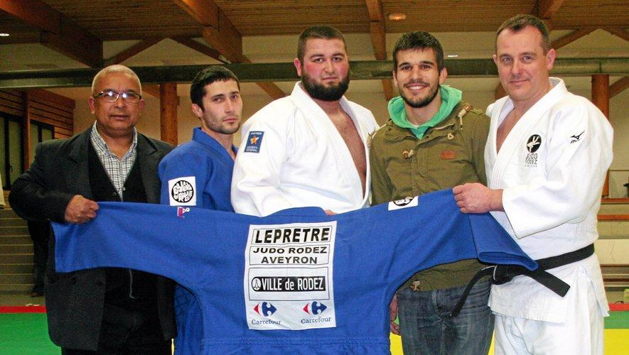 (De g. à d.) Le président du JRA Edga Vital aux côtés de quatre des membres de l'équipe : Eliev Khoussein, Islam Adouyev, Clément Caors et Fabien Noël.