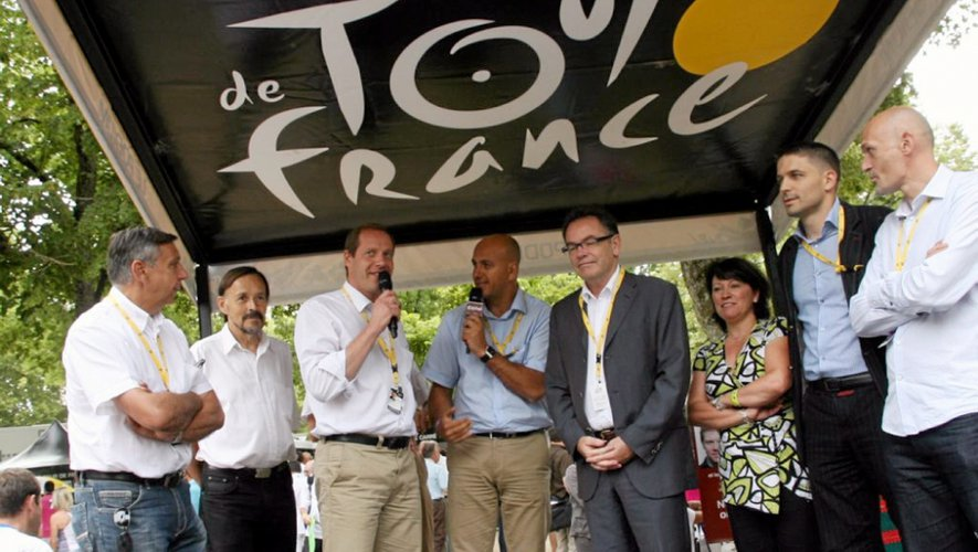 Lors du départ d'une étape en 2010, avec les dirigeants du Tour et les élus locaux. Les caméras du monde entier seront, en juillet, braquées sur Rodez.