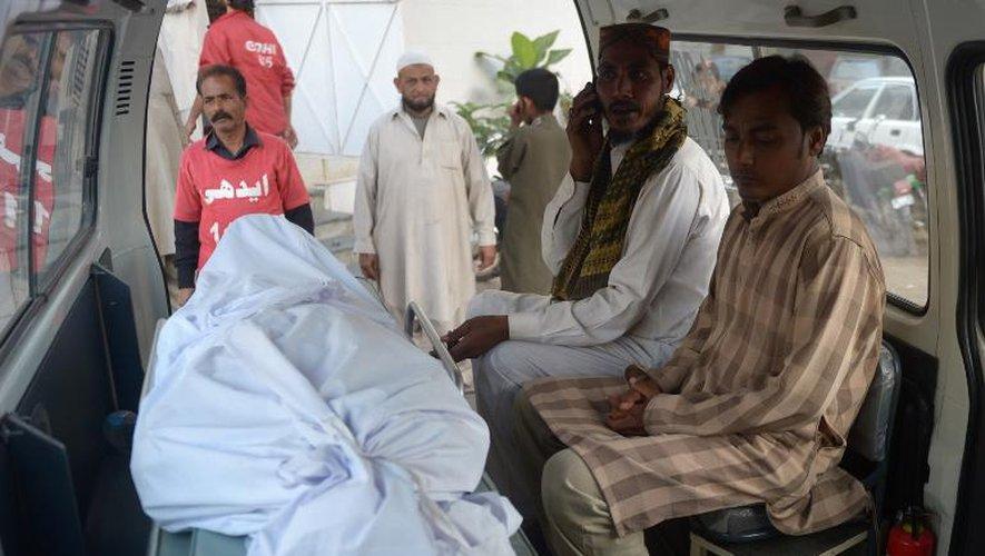 Les parents d'un condamné à mort exécuté à Karachi le 17 mars 2015 se tiennent dans l'ambulance qui transporte son corps