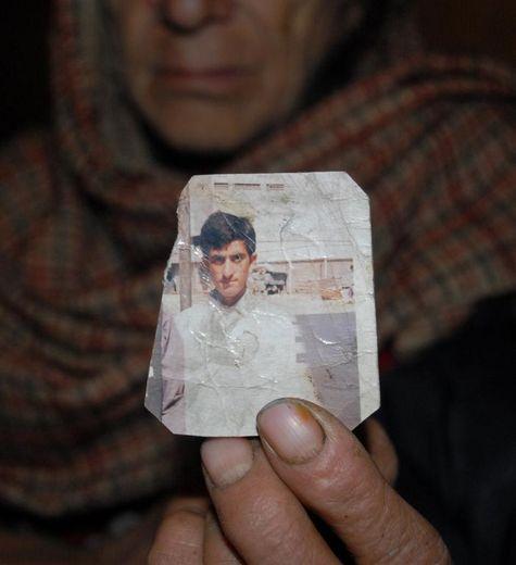 Un parent du condamné à mort Shafqat Hussain tient une photographie du jeune homme, le 12 mars 2015