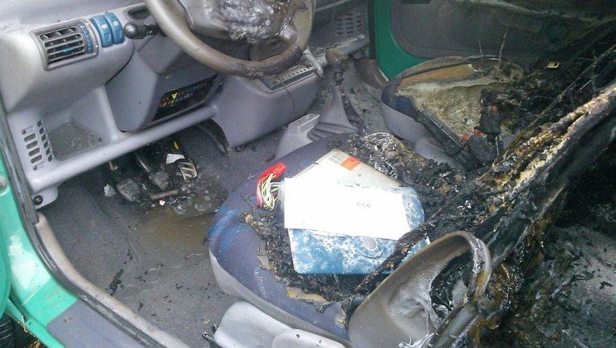 L'homme de 22 ans a mis le feu au véhicule pour masquer le vol. En pure perte.